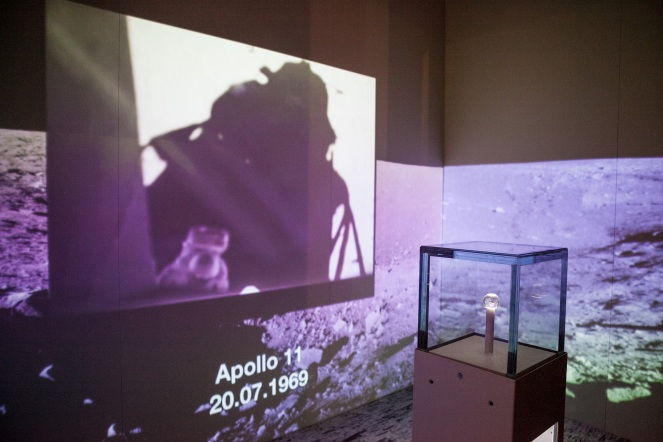 20.Frammento di Luna_Area Spazio∏ArchivioMuseoNazionaleScienzaTecnologia_PaoloSoave.jpg